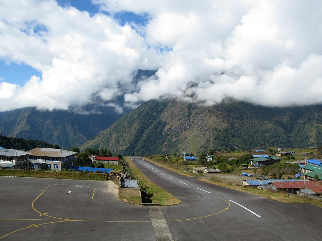 Lukla reste l'un des aéroports les plus dangereux au monde, avec sa piste de 500m encaissée dans la montagne.