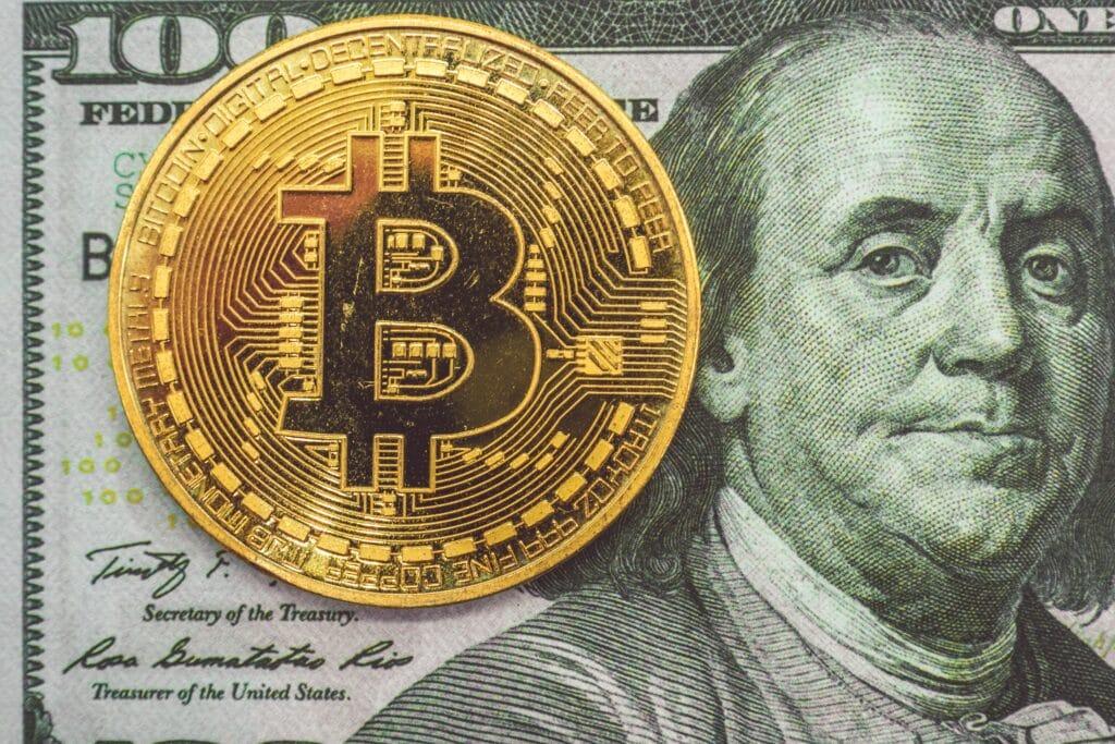 Bitcoin et monnaie traditionnelle (dollar).