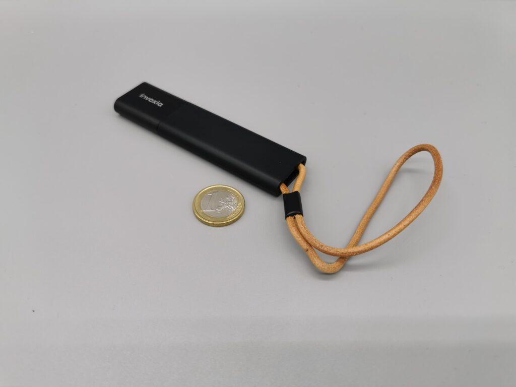 Le tracker GPS Invoxia comparé à une pièce de 1 euro.